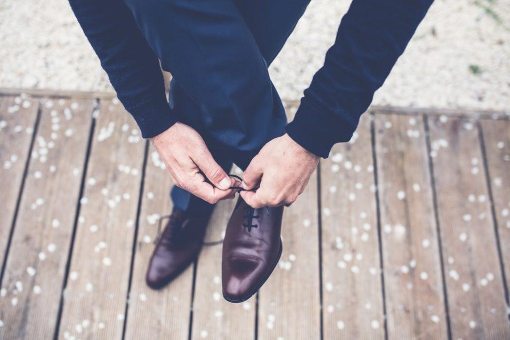 Personne laçant ses chaussures